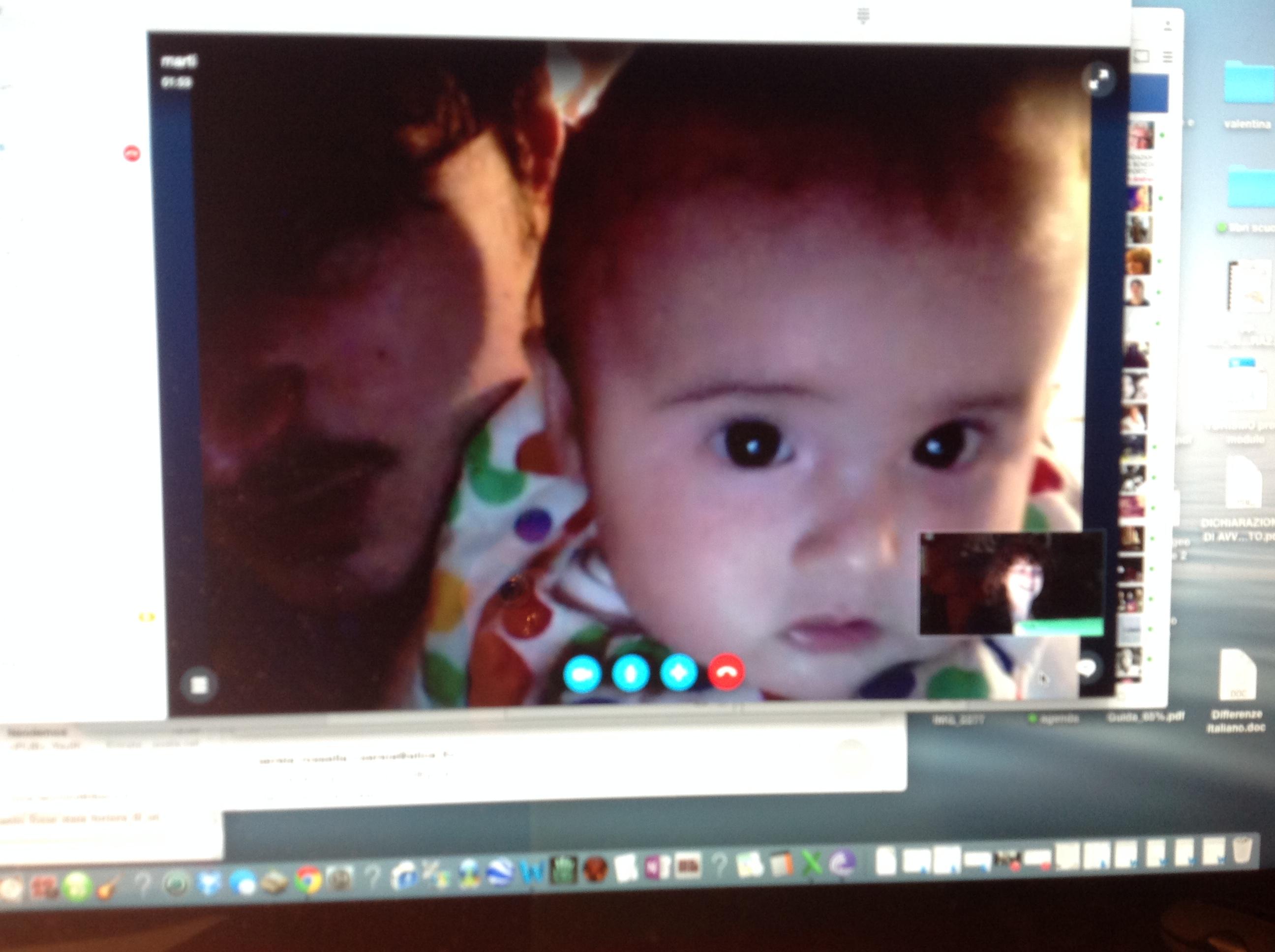 Nonna migrante e nipote in Skype