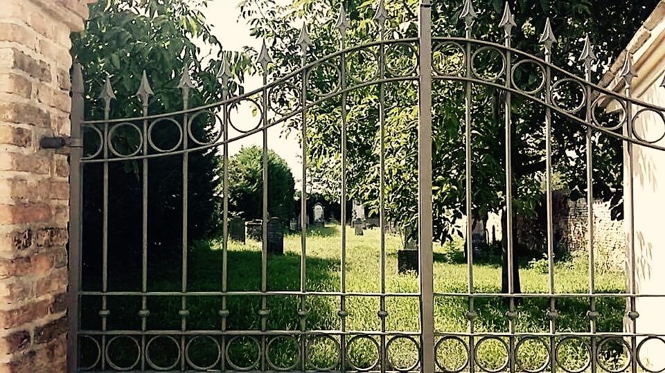 cancello di cimitero, foto di Gabriella Cabrini