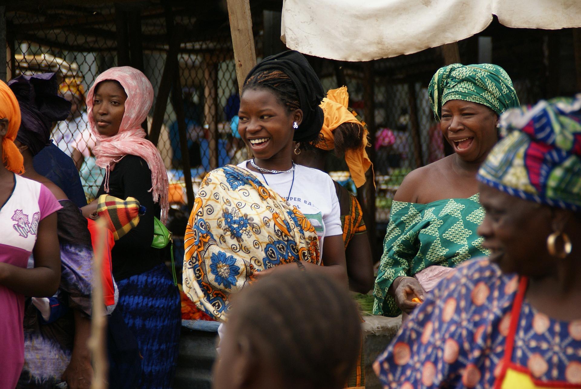 Donne al mercato in Gambia, foto di Hella Hnijssen