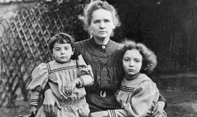 Marie Curie con le figlie.