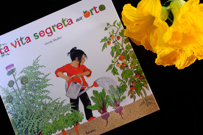 un libro sull'orto - la vita segreta dell'orto con fiori di zucca - illustrazione di gerda muller