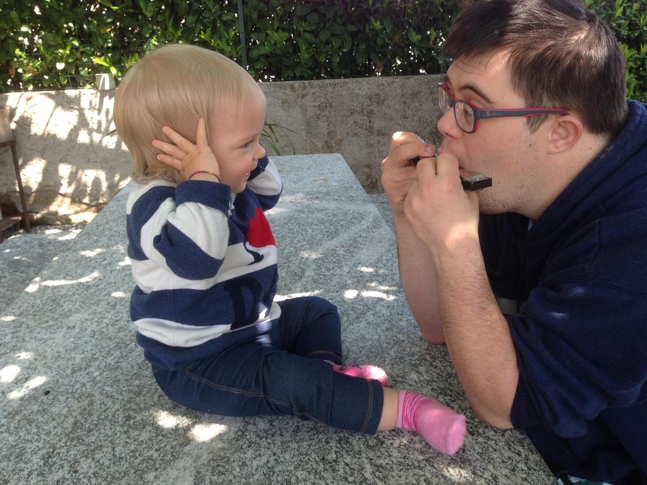 lo zio Andrea (sinndrome di Down) che suona con la piccola