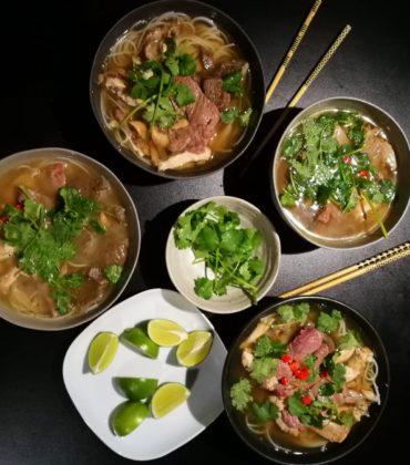 Il pho vietnamita, profumata zuppa di carne e noodles.