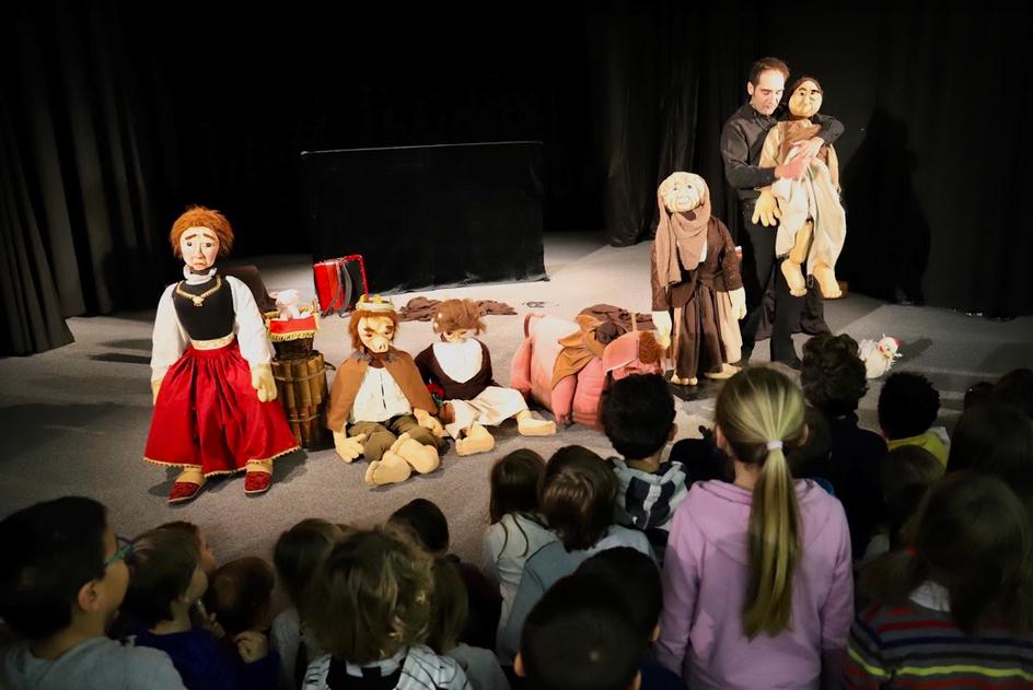 Beppe Rizzo spiega i pupazzi del Principe bestia ai bambini- ph Emilia Grisetti