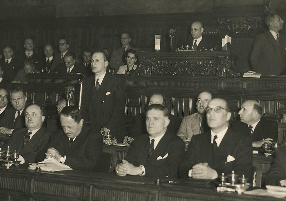 Teresa Mattei in Parlamento con Alcide de Gasperi