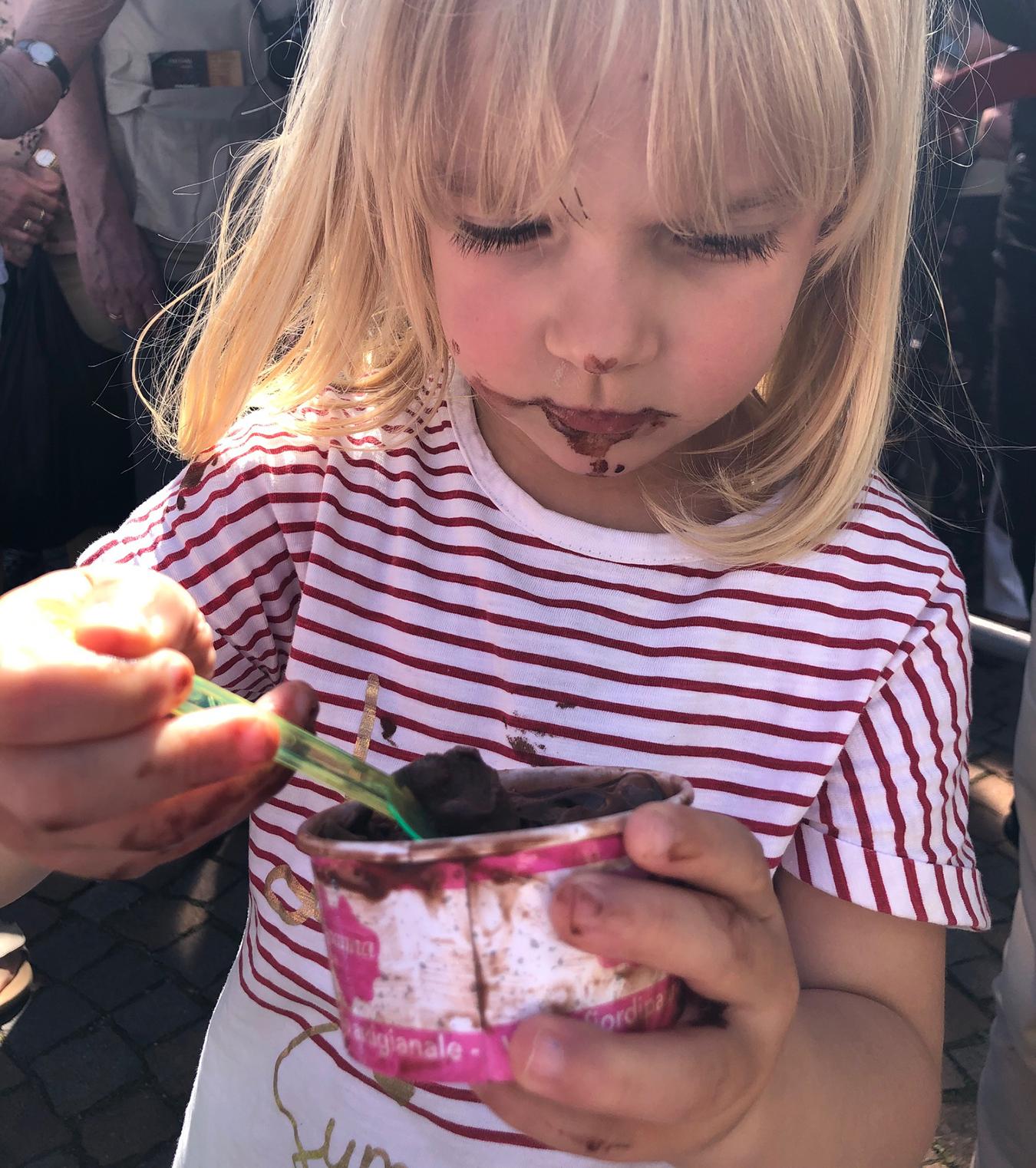 Emma e il gelato al cioccolato