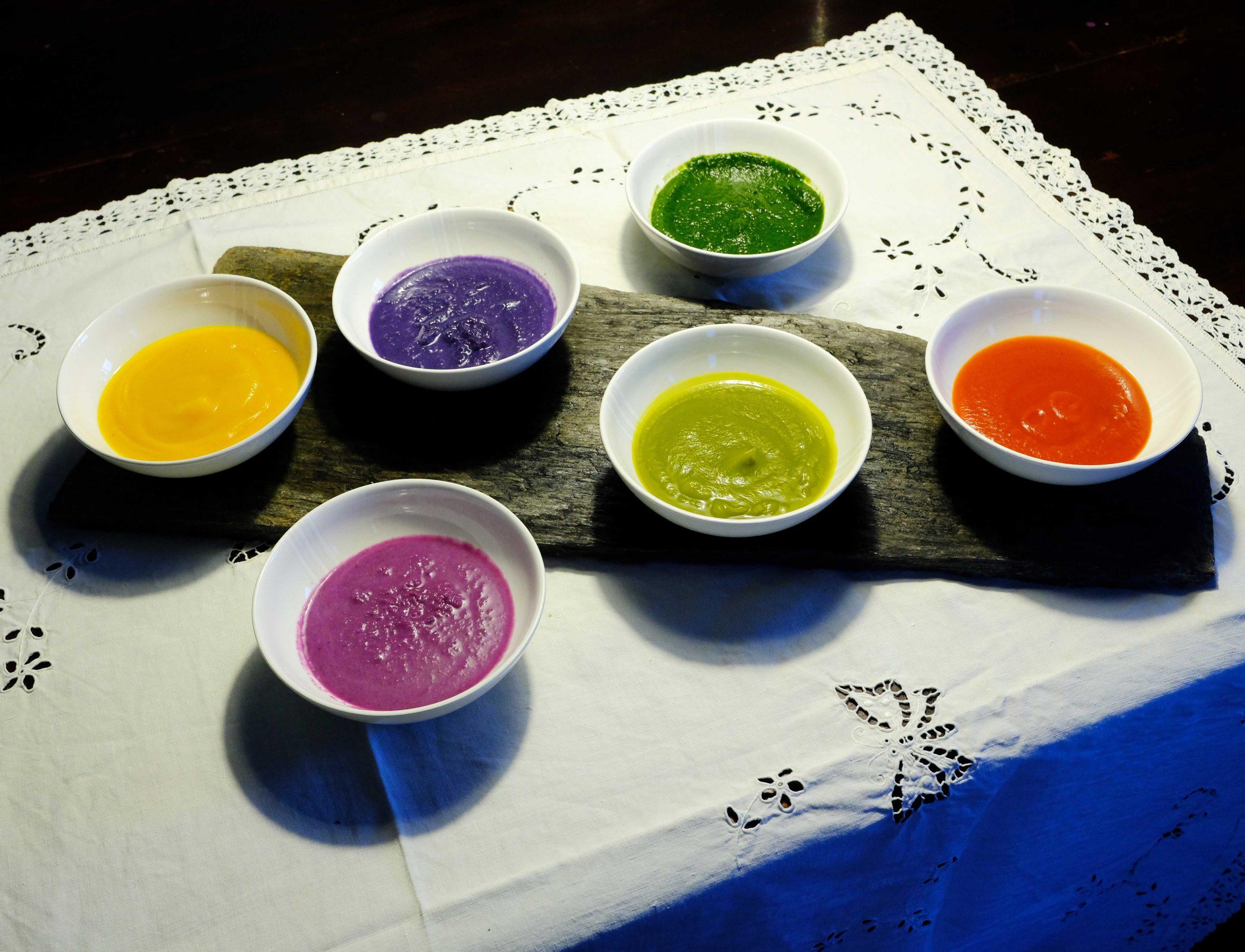 le scodelle di zuppa colorata