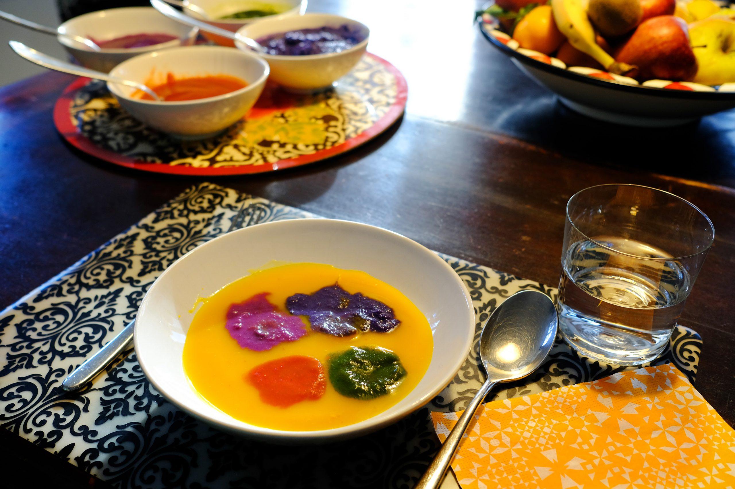 tavola con zuppe colorate, scodella tavolozza