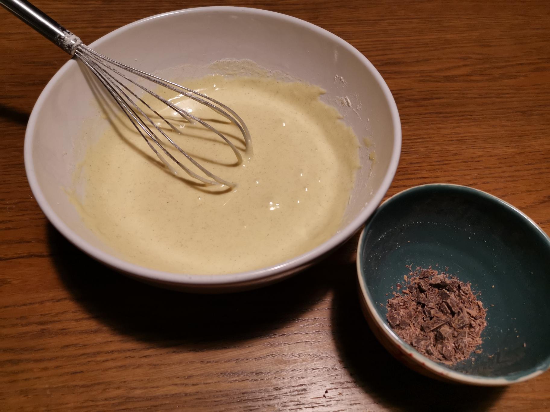 burro fuso e cioccolato a scaglie per ciambella al cioccolato
