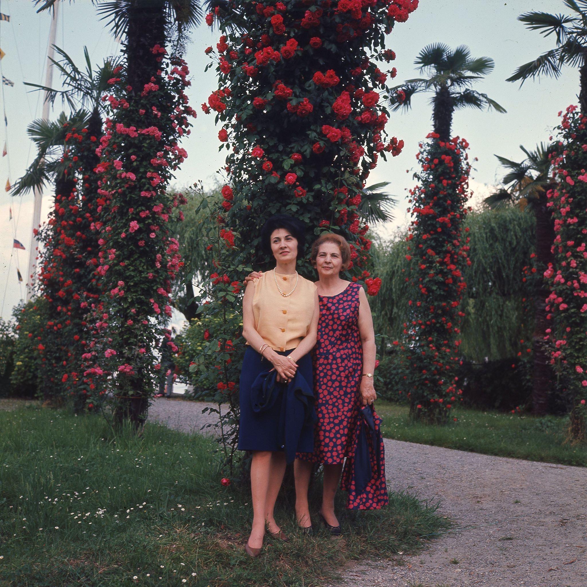 nonna Giulia e zia Giovanna, davanti a colonne di rose rampicanti