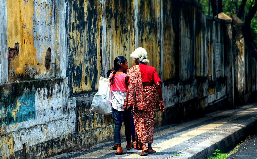 nonna e nipote in India. Foto di Tho-ge.