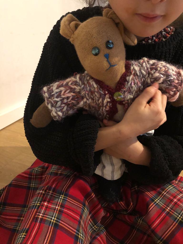 JImi mentre abbraccia il suo coniglio